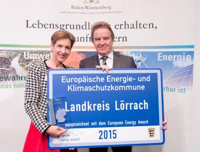 Landräting Marion Dammann bekam den European Energy Award von Umweltminister Franz Untersteller überreicht