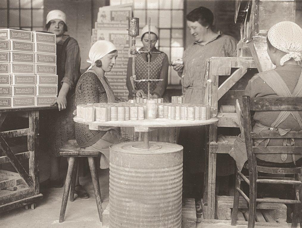 Wenn Frauen in den Betrieben arbeiteten, dann lange vor allem am Ende der Produktionskette bei der Verpackung. Diese Frauen waren in Darmstadt 1923 mit dem Abfüllen und Verpacken eines Einweichmittels für Wäsche beschäftigt.