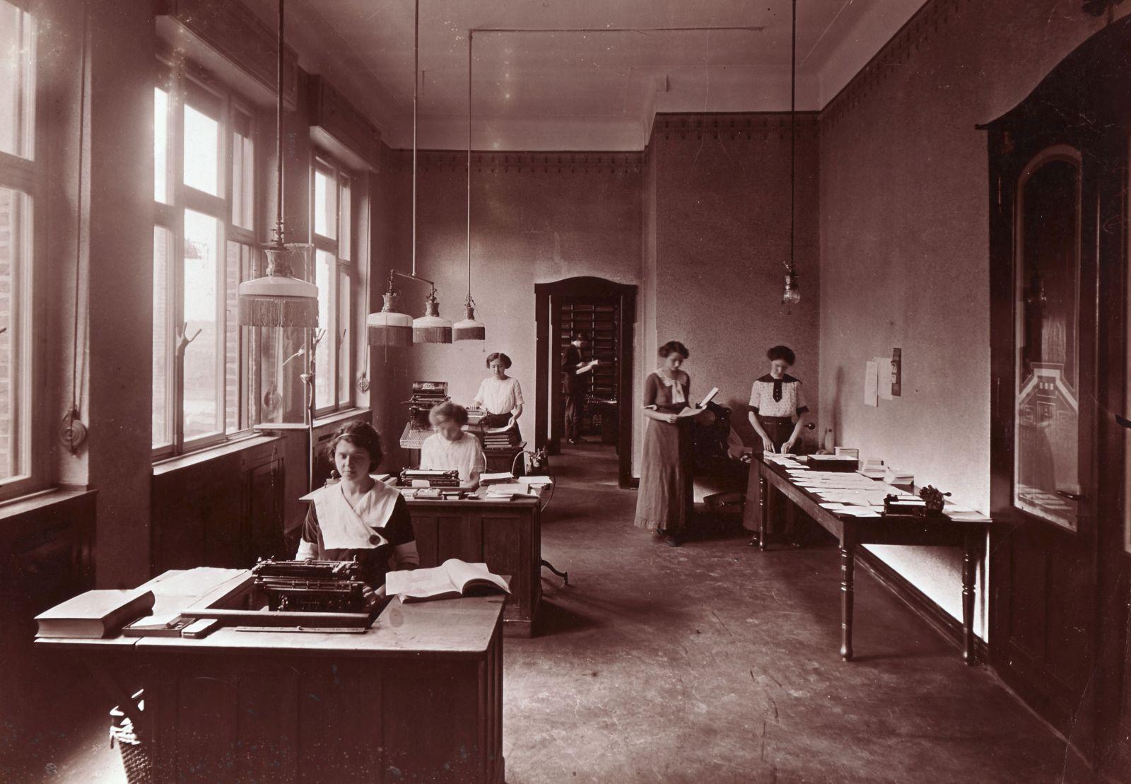 Bürokräfte waren ab 1906 die ersten weiblichen Angestellten. Das Foto aus Krefeld zeigt ein damals ganz modernes Schreibbüro, das typisch für die Zeit vor 1914 gewesen sein dürfte.