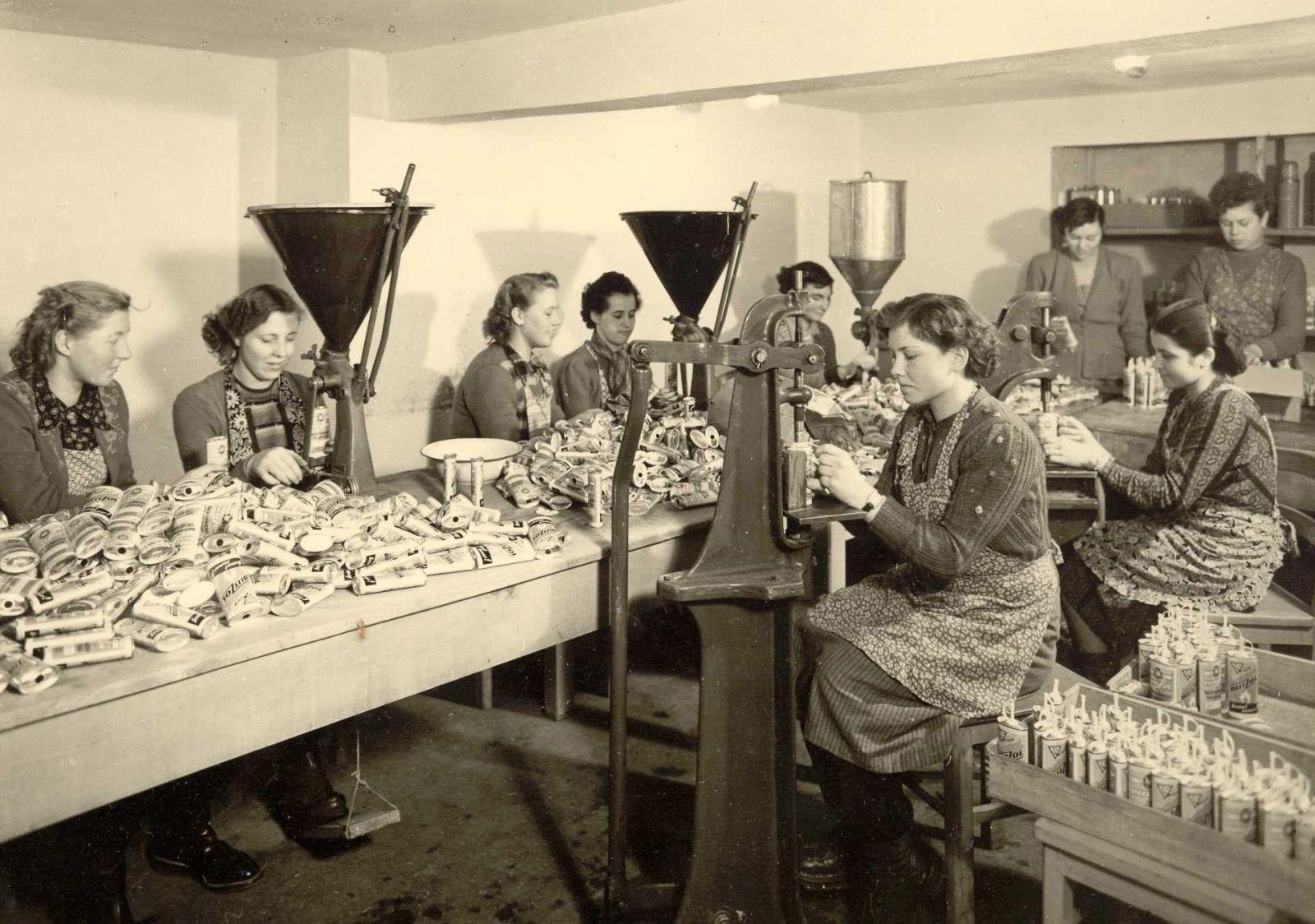 Wenn Frauen in den Betrieben arbeiteten, dann lange vor allem am Ende der Produktionskette bei der Verpackung. Diese Frauen hier waren 1953 mit dem Abfüllen und Verpacken von Feuerzeugbenzin und Zündsteinen beschäftigt.
