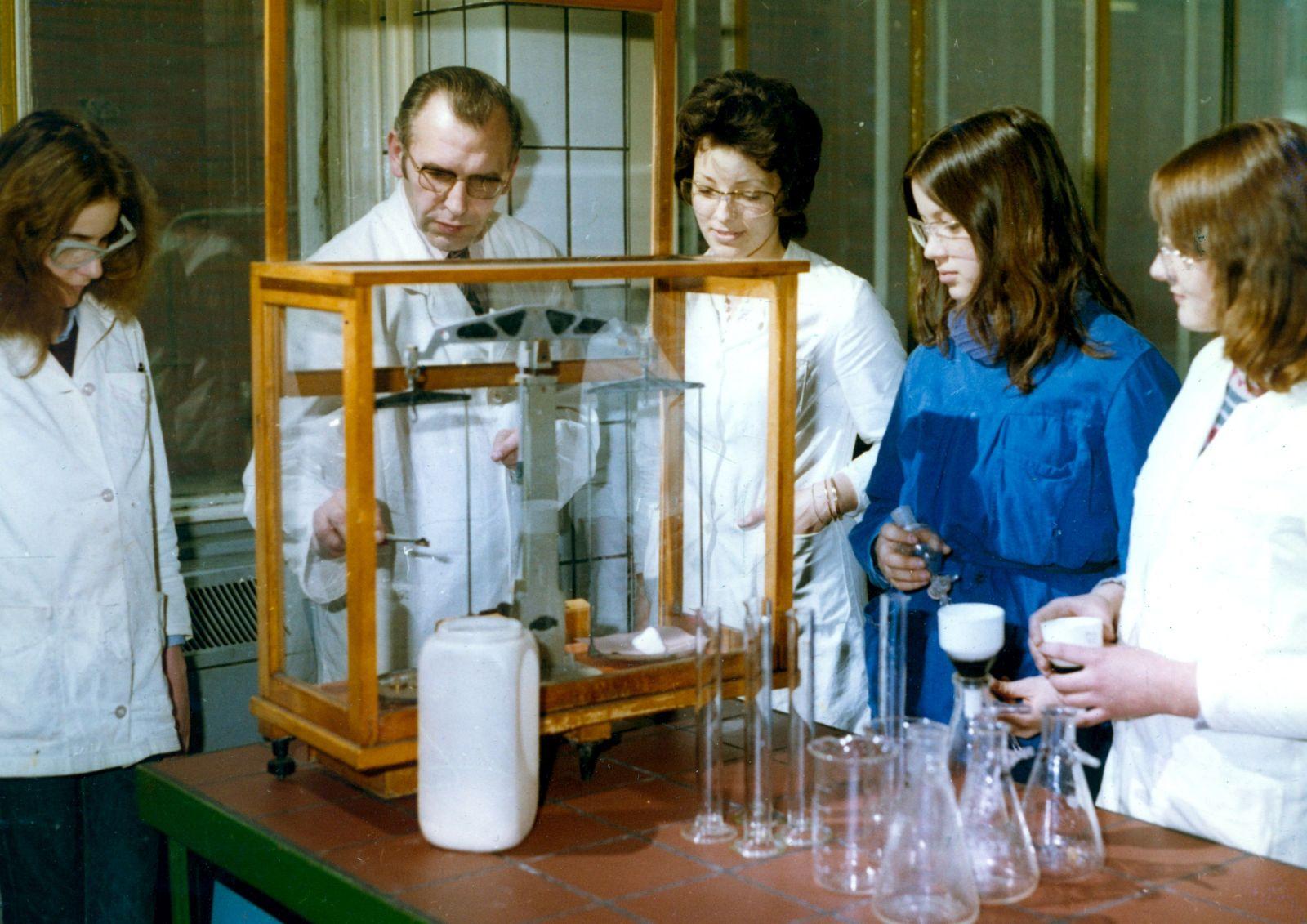 In immer mehr Berufen konnte auf die weibliche Arbeitskraft ab den 1960er Jahren nicht mehr verzichtet werden. Das Foto zeigt die Ausbildung von Laborjungwerkerinnen in Marl.