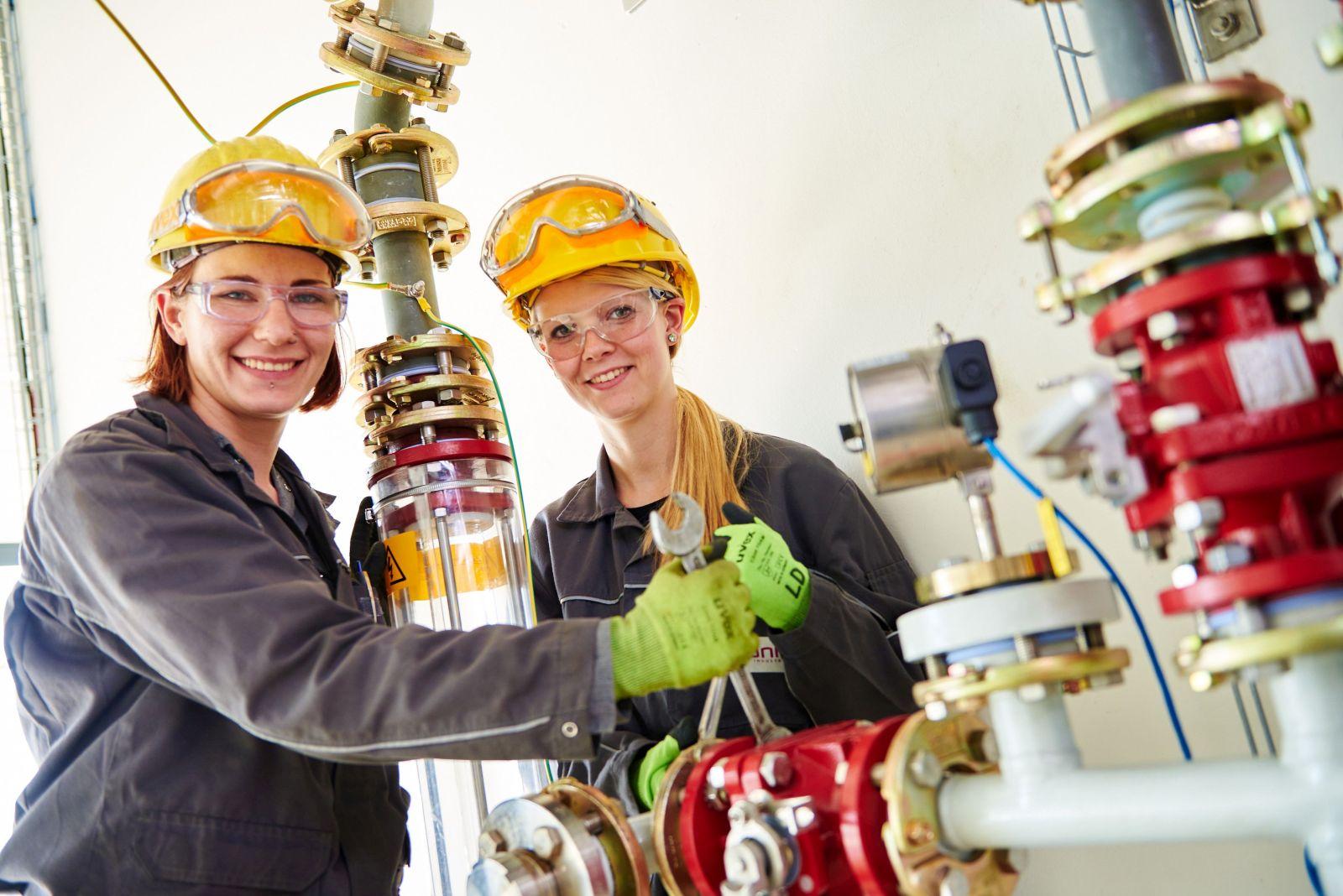 Heute stehen Frauen ihren Mann – auch als Industriemechanikerinnen im Anlagenbau, wie Ausbilderin Julia Streb (links) und Auszubildende Larissa Dücker (rechts) in einer Produktionsanlage in Hanau-Wolfgang beweisen.