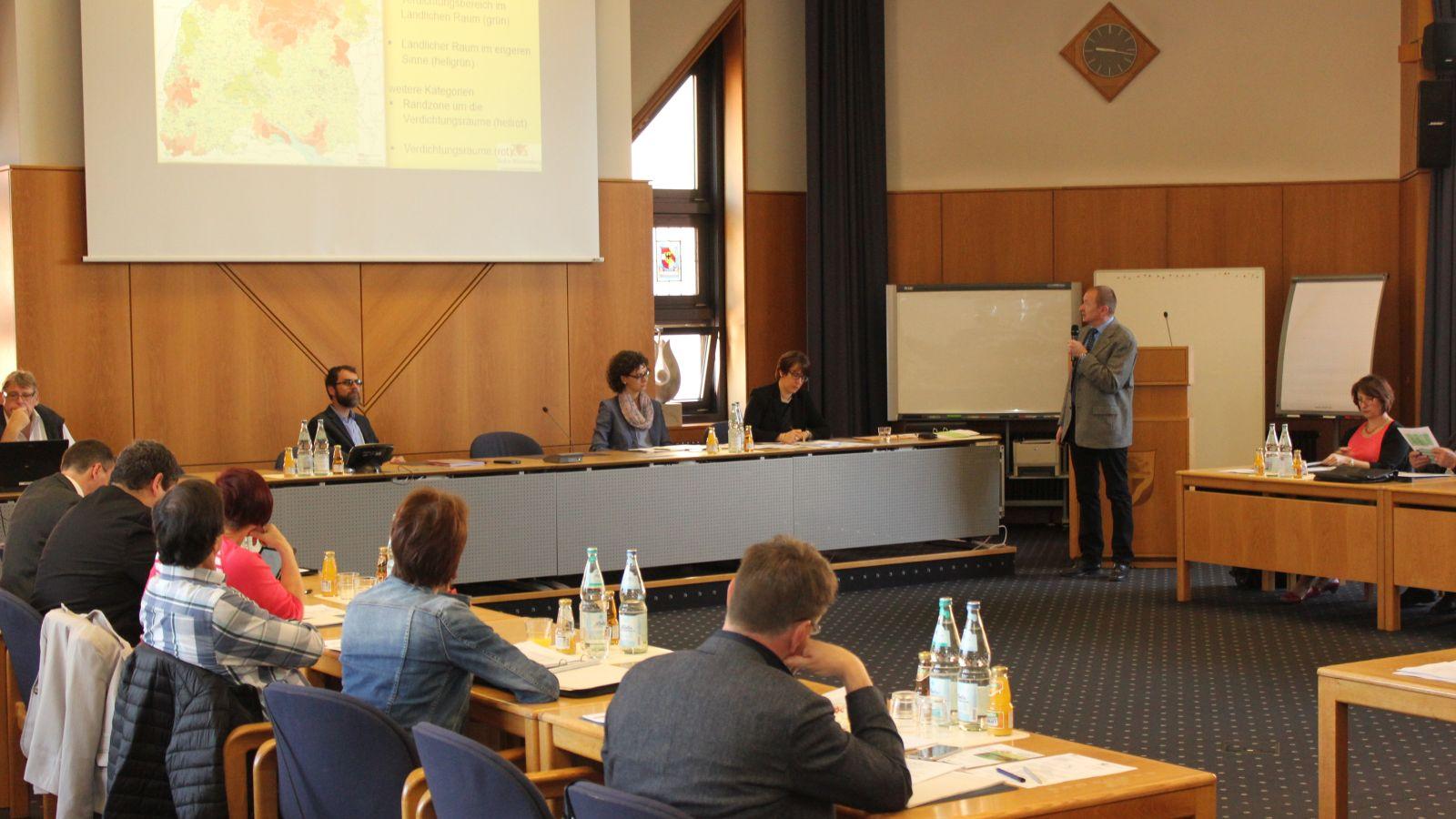 Vertreter von Kommunen, Banken und Planern folgten interessiert der Präsentation von Markus Weißer zum Thema ELR