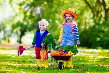 """""""Gesund aufwachsen und leben"""" – Kinder freuen sich über frisches Gemüse © fotolia"""