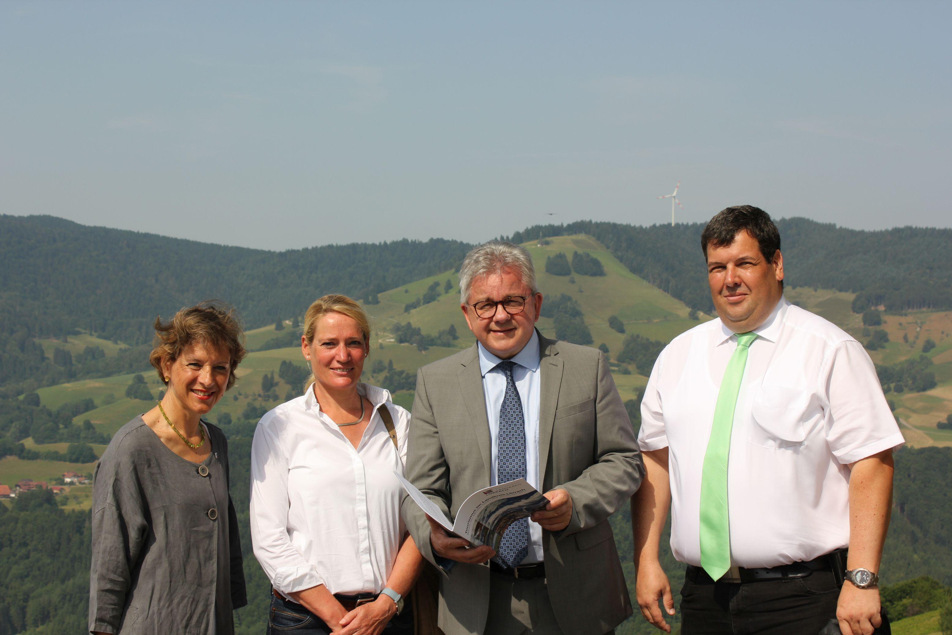 Landesjustizminister Guido Wolf am Aussichtspunkt Holzer Kreuz in Fröhnd