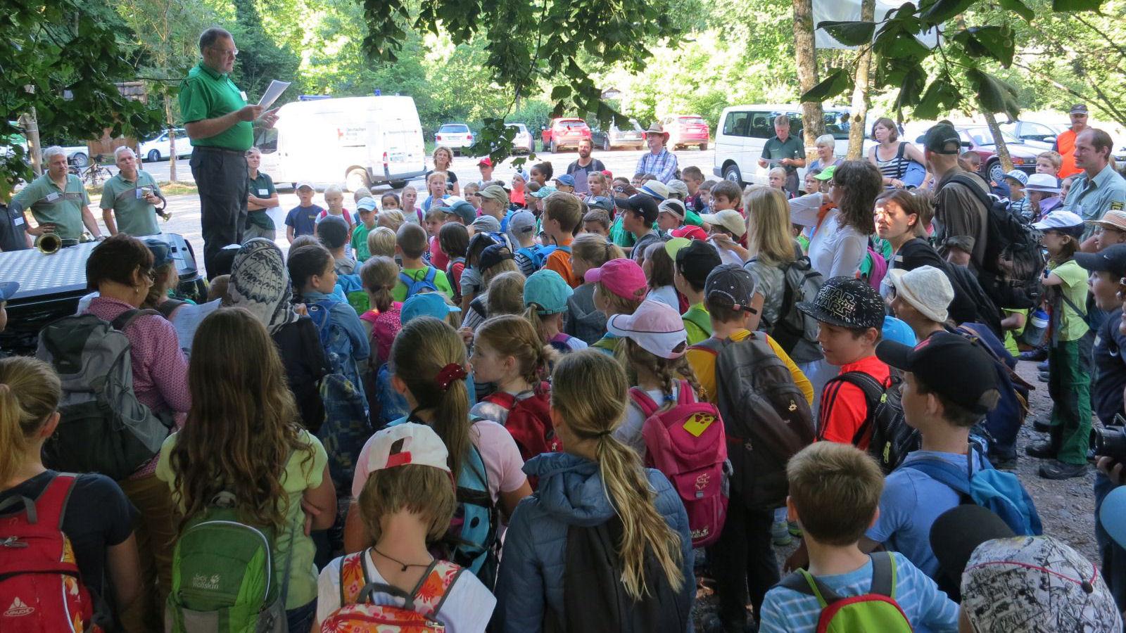 Thomas Unke, Fachbereichsleiter Waldwirtschaft, eröffnet die vierte Lörracher Waldrallye für Grundschüler aus dem Landkreis