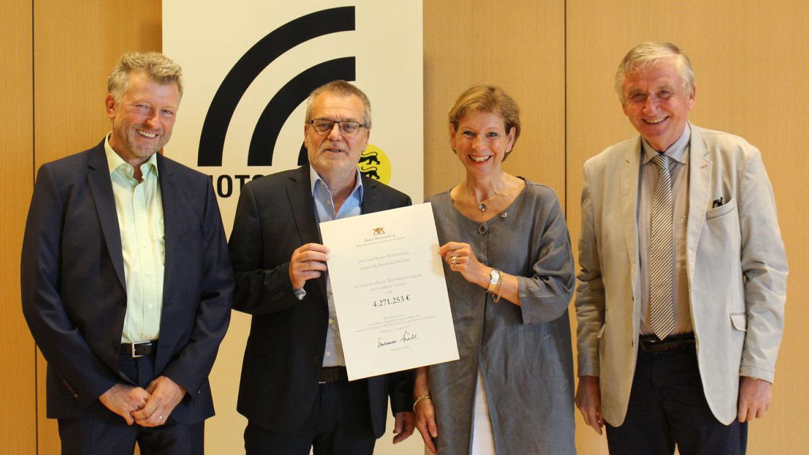 Ministerialdirektor Julian Würtenberger (r.) überreicht Landrätin Marion Dammann und den Bürgermeistern Schönbett (Kleines Wiesental, links im Bild) und Lais (Bürgermeister Utzenfeld, 2. von links) den Förderbescheid für den Zweckverband.
