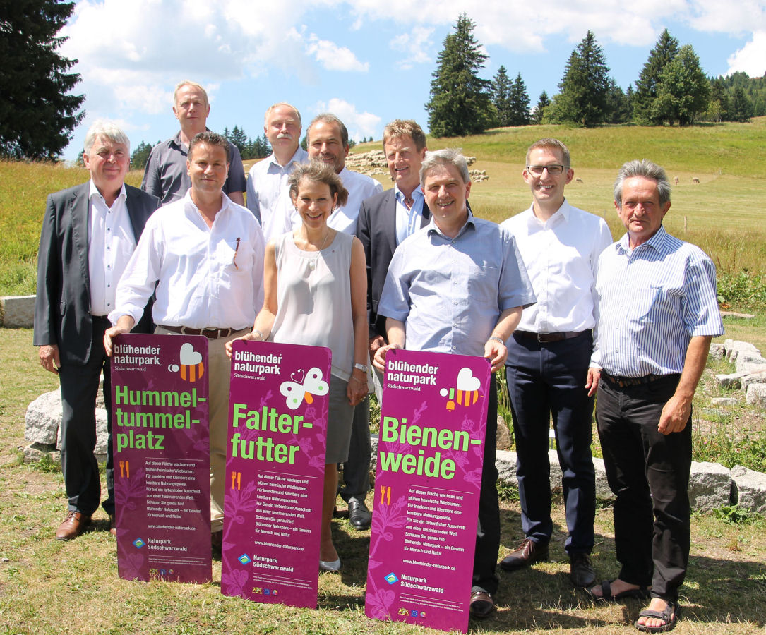 """Bildnachweis (© Naturpark Südschwarzwald)  Landwirtschaftsminister Peter Hauk MdL präsentiert zusammen mit der AG Naturparke Baden-Württemberg die Informationsschilder der erfolgreichen Kampagne """"Blühender Naturpark"""""""