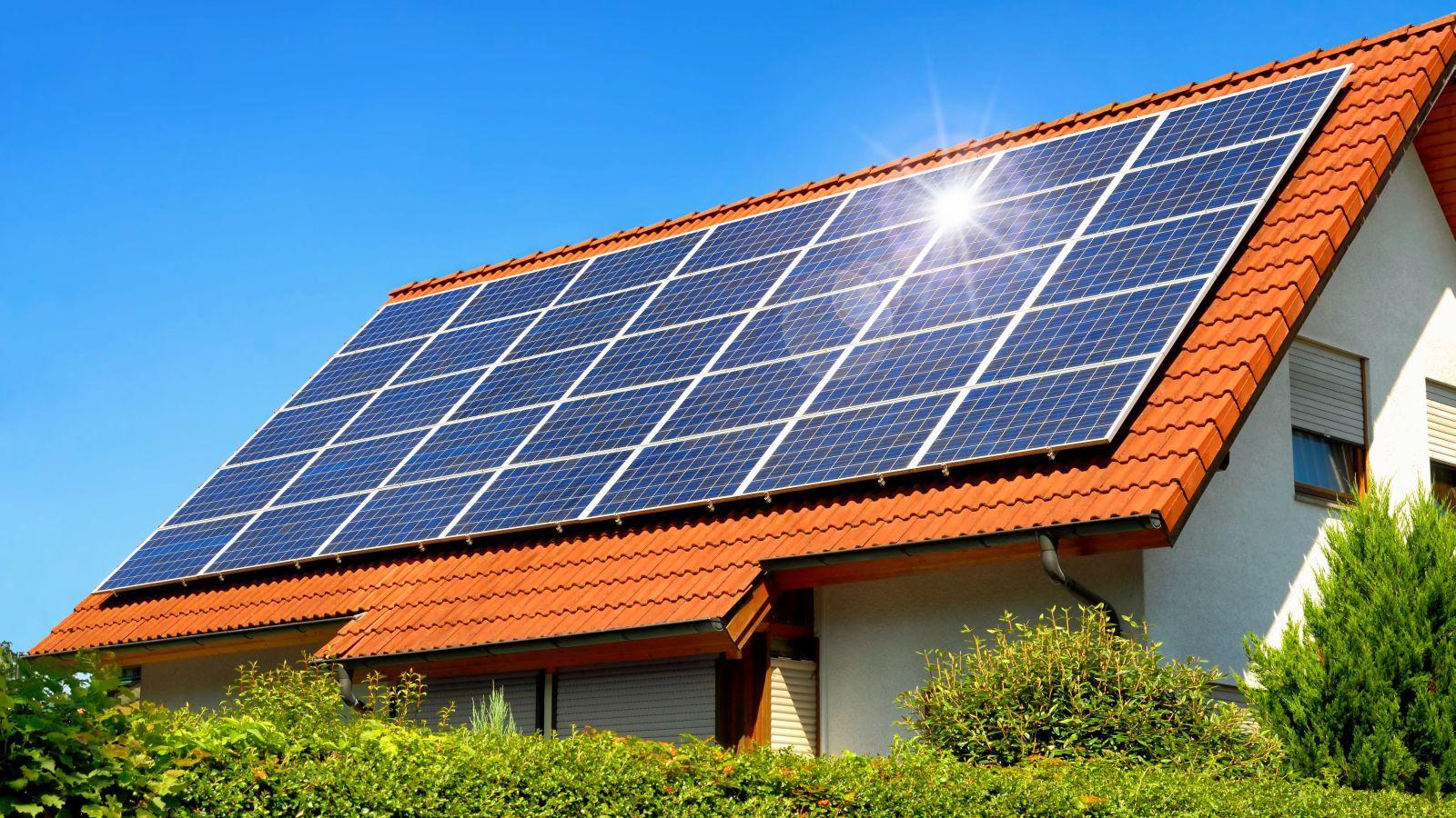 Solardach auf einem Einfamilienhaus © Smileus / Fotalia.de