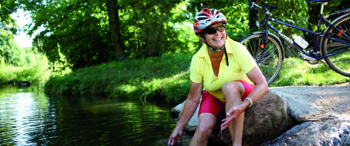 Radfahrerin an der Wiese, Foto: Stadt Lörrach