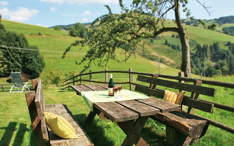 Ferienhof wuchner_Sitzgruppe mit Gläschen Wein