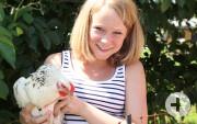 Ferienhof Wuchner_Kind mit Huhn