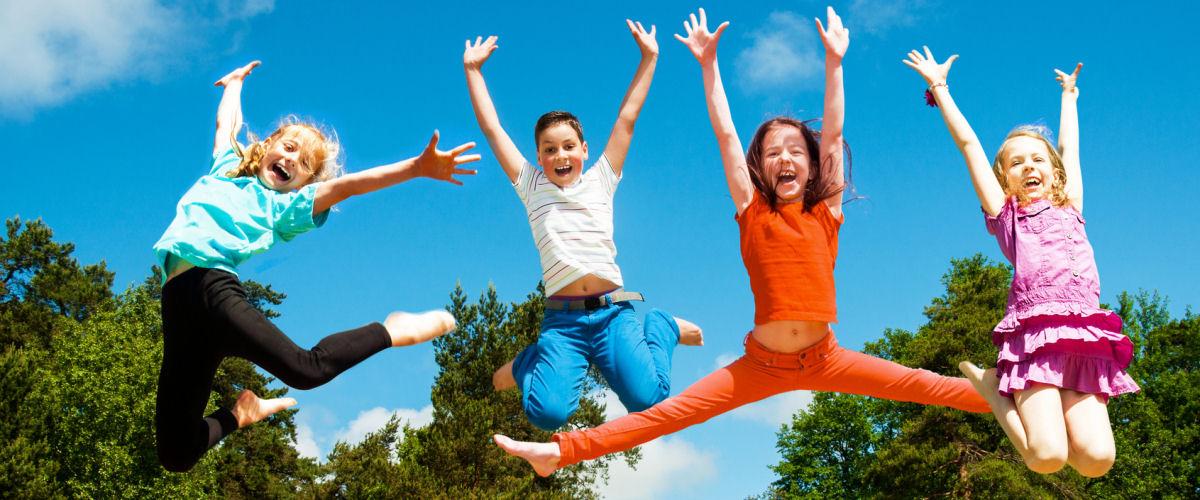 Kinder springen in die Luft