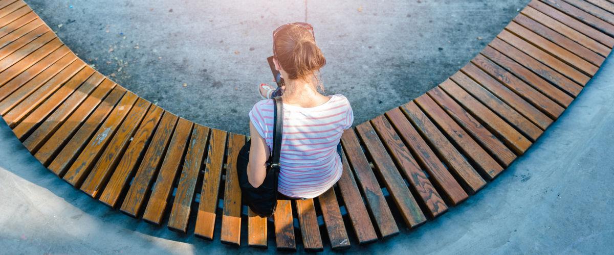 Frau sitzt auf einer Bank