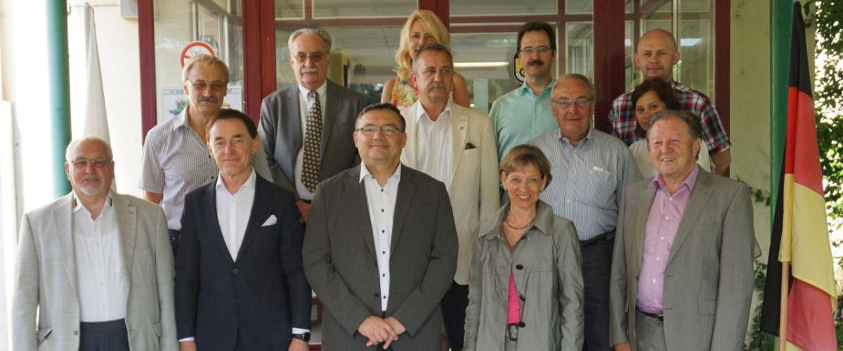 Juni 2017 Delegation aus dem polnischen Partnerlandkreis Lubliniec mit Landrat Joachim Smyla vor der Gewerbeschule Rheinfelden, begleitet durch Landrätin Marion Dammann und Fraktionsvertretern