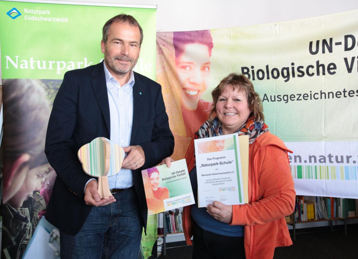 """Naturpark-Geschäftsführer Roland Schöttle und Martina Braun MdL freuen sich über die Auszeichnung des Programms """"Naturpark-Schule"""" als offizielles Projekt der UN-Dekade Biologische Vielfalt."""