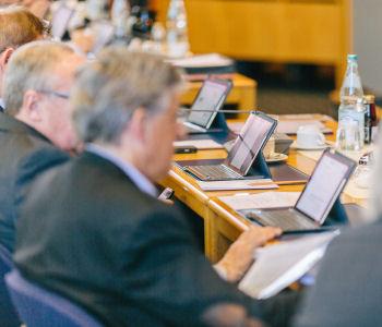 Kreisräte während einer Ratssitzung