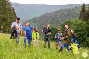 Die Jury im Gespräch mit Landwirt Hubert Stockburger auf seiner Wiese in Simons-wald.