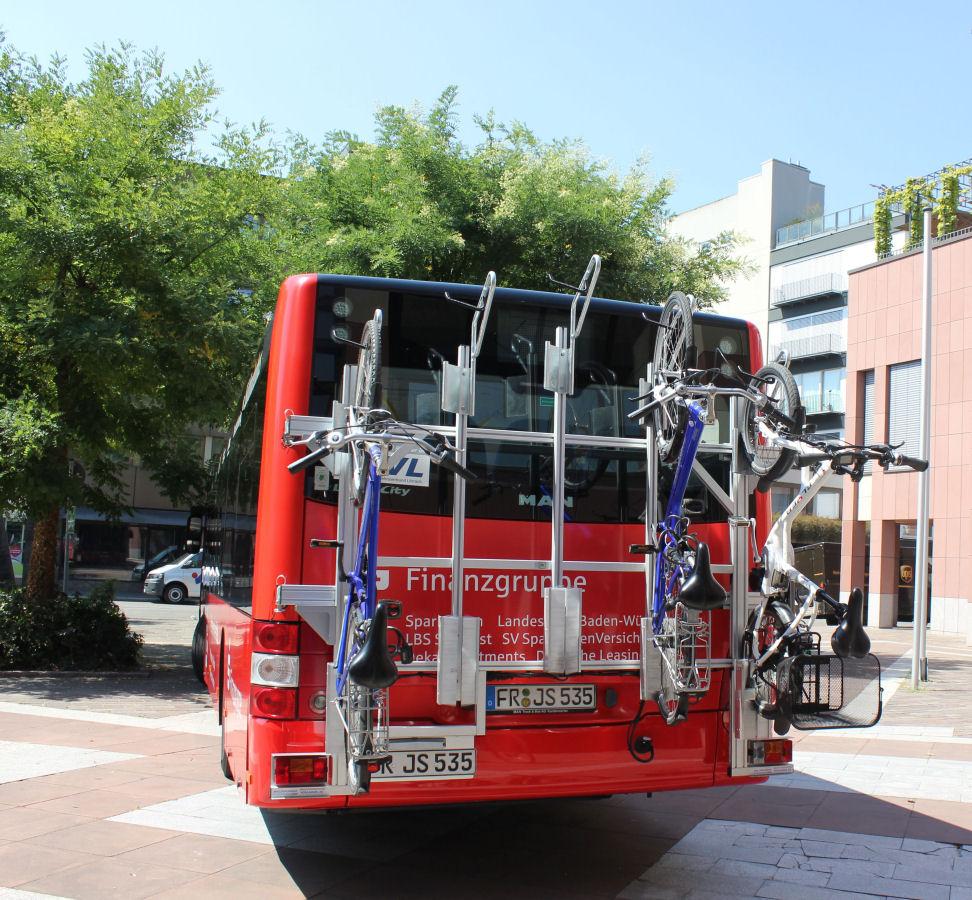 Ein Bus der Linie 7300 mit Heckträgern, der bei jeder Fahrt fünf Räder transportieren kann – momentan noch am Wochenende, 2019 dann auf jeder Fahrt.