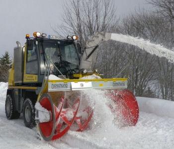 Schneefräse im Einsatz auf der Kreisstraße 6307 bei Todtnauberg
