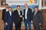 Felix Stiegeler und Heiko Wüst von pepcom besiegeln die Zusammenarbeit im Landkreis Lörrach