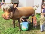 Kinder melken an der Kuhattrappe