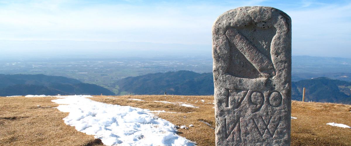 Kleindenkmal, hier historischer Grenzstein von 1790, markiert die ehemalige Grenze zwischen der Herrschaft Baden und der Herrschaft Vorderösterreich