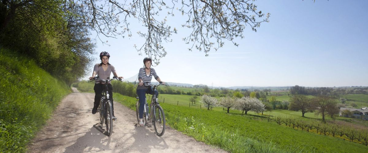 Zwei Radfahrer genießen die schöne Landschaft rund um Bad-Bellingen