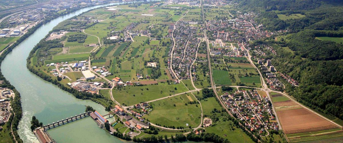 Luftbildaufnahme von Wyhlen, links unten das Kraftwerk Augst