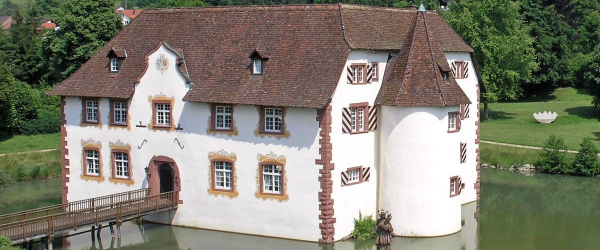 Das Inzlinger Wasserschloss liegt am Ortsrand der Gemeinde Inzlingen