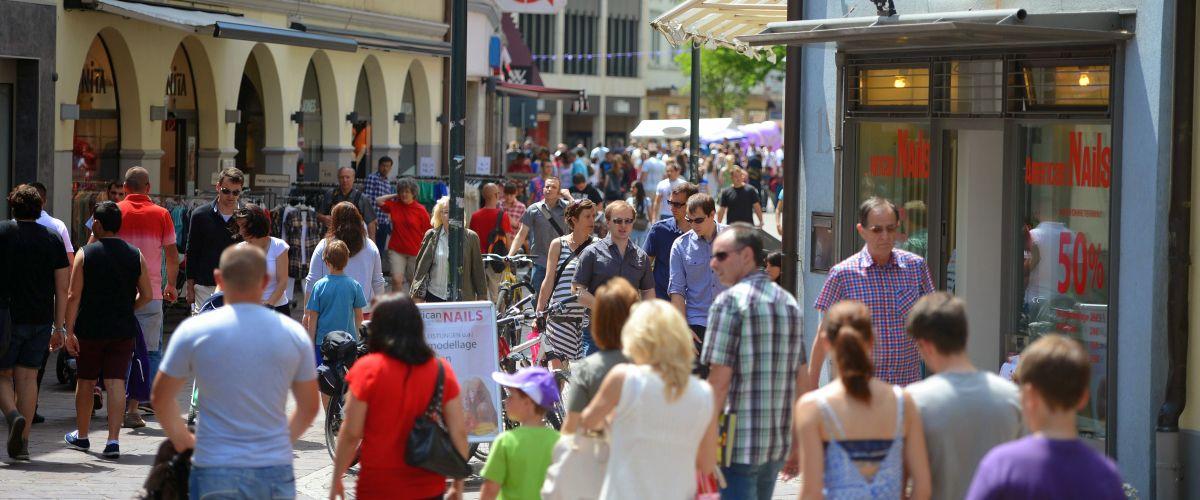 Volle Lörracher Innenstadt am Mittag