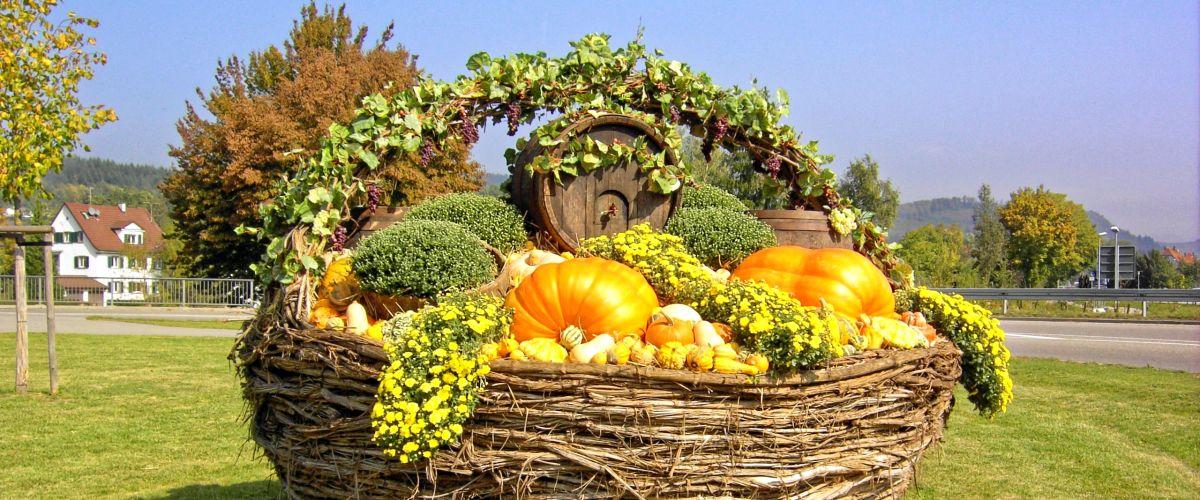 Herbstlicher Korb beim Kreisverkehr