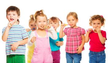 Zähneputzende Kinder