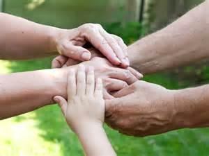 Symbolbild für Zusammenhalt, Hände halten sich gegenseitig