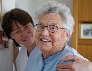 Ambulanter Dienst; eine Mitarbeiterin kümmert sich um eine Bewohnerin