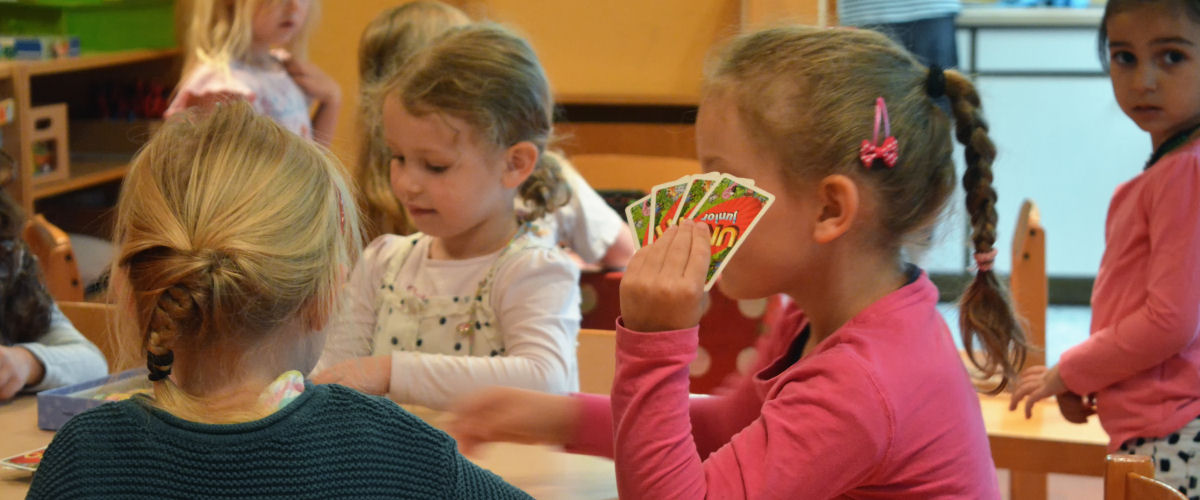 Kindergarten: Kinder beim Kartenspiel