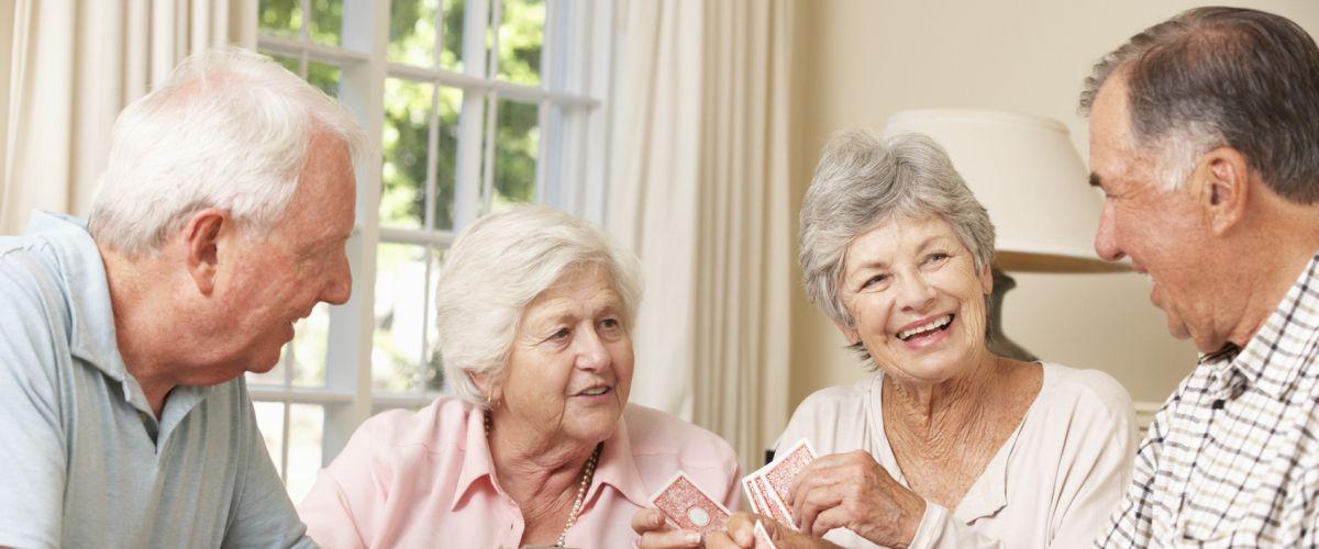 Senioren beim Kartenspielen
