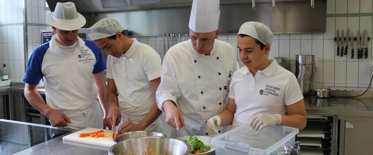 In der Küche der Gewerblichen Schule wird auf frische Lebensmittel Wert gelegt.