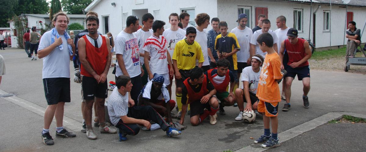 Eine Fussballmannschaft bestehend aus Flüchtlingen hat sich zu einem Gruppenfoto aufgestellt.