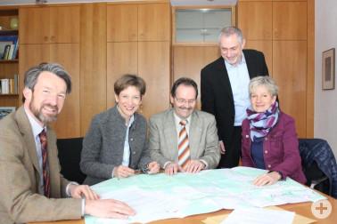Landrätin Marion Dammann mit Bürgermeister Bruno Schmidt (2. v. links/Mitte) bei der Übergabe des Beschlusses zusammen mit Michael Kauffmann, Leiter Dezernat 4 beim Landratsamt, (links) sowie Wolfram Müller-Rau, Leiter des Fachbereichs Flurneuordung, und