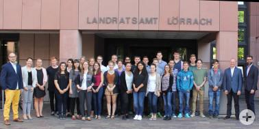 Gruppenbild der neuen 27 Auszubildenden mit Martin Aßmuth, Janina Hänggi, Lisa Hugenschmidt, Martin Sander, Ulrich Hoehler
