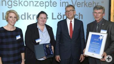 """Übergabe der Auszeichnung """"Leitstern Energieeffizienz"""" an Inga Nietz, Sonya Baron und Dr. Georg Lutz (v.l.)"""
