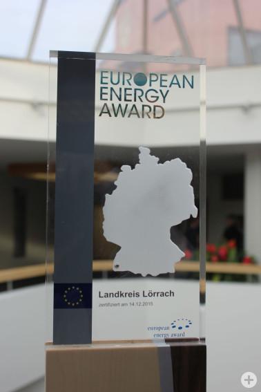 Der Pokal des European Energy Awards auf der kunstvollen Holzstele