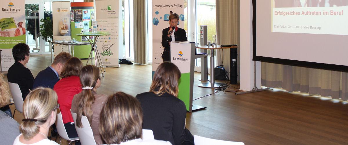 Landrätin Marion Dammann spricht beim Frauenwirtschaftstag