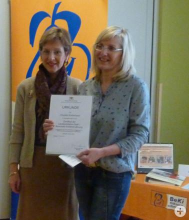 Landrätin Marion Dammann überreicht KiTa-Leiterin Annette Sigmund das BeKi-Zertifikat