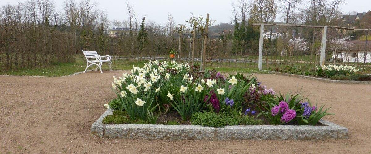 Schön angelegtes Blumenbeet im Kurpark von Bad Bellingen.