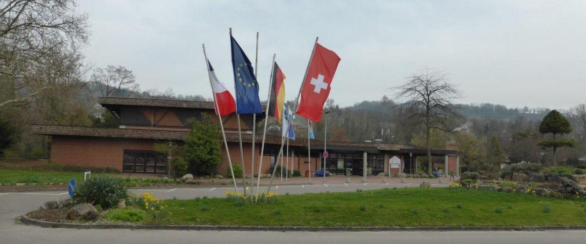 Beim Eingang des Kurpark-Gebäudes in Bad-Bellingen wehen die Fahnen von Frankreich, Europa, Deutschland und der Schweiz.