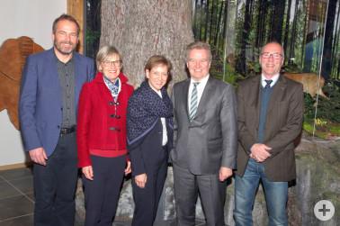 Minister Franz Untersteller MdL (2. v. r.) mit den Landrätinnen Marion Dammann (re.) und Dorothea Störr-Ritter (li.) sowie den Geschäftsführern Roland Schöttle (li.) und Stefan Büchner (re.) im Haus der Natur