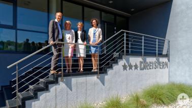 Von links: Geschäftsführer von Dreistern Thomas Krückels, Ehefrau Gerlinde Krückels, Landrätin Marion Dammann und Laura Berchtold (Wirtschaftsbeauftragte Landkreis Lörrach)