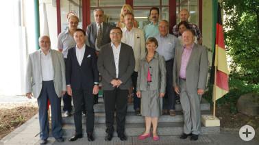 Delegation aus dem polnischen Partnerlandkreis Lubliniec mit Landrat Joachim Smyla vor der Gewerbeschule Rheinfelden, begleitet durch Landrätin Marion Dammann und Fraktionsvertretern